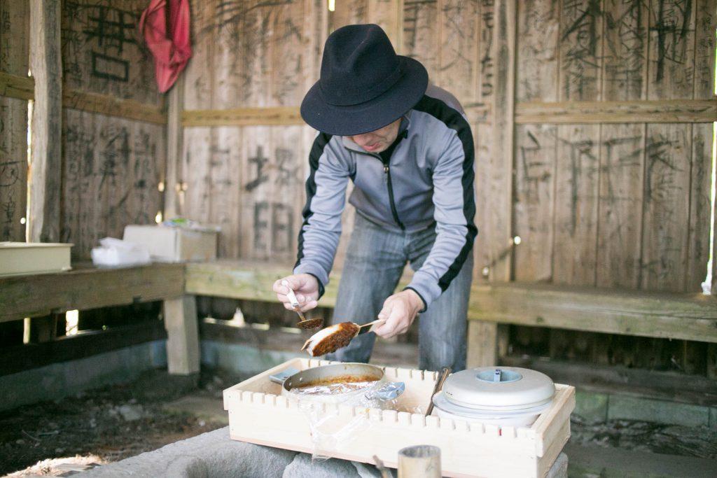 とよた五平餅学会天野さんが自らタレをつけてくれました