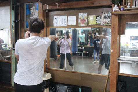 鏡で自分のフォームを確認