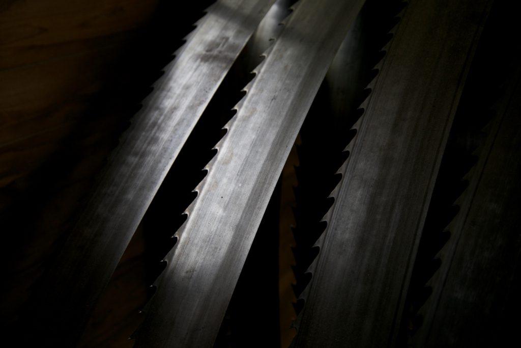 こんな刃で丸太を切っていきます