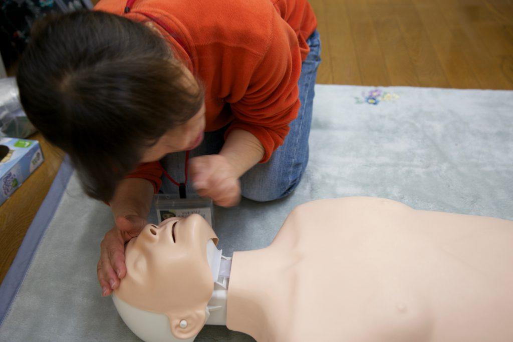 あごを上げて呼吸を気道を確保。呼吸を確認します。