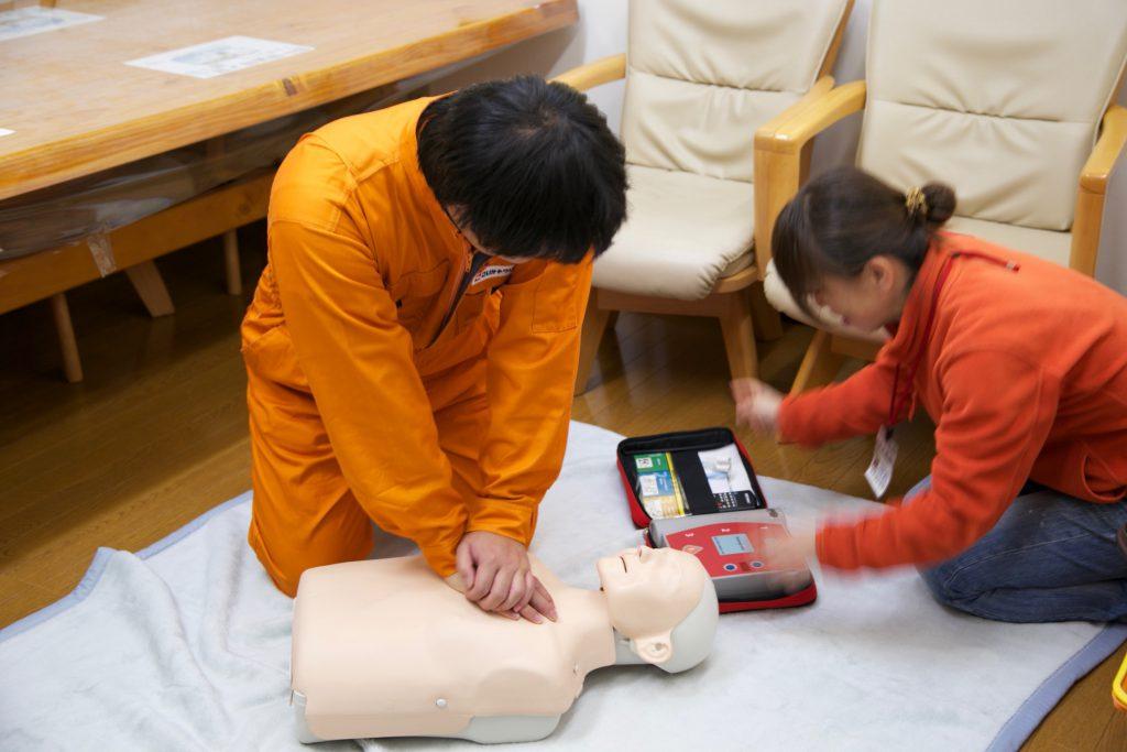さらに心臓マッサージ。 これも、AEDの指示に従って行います。